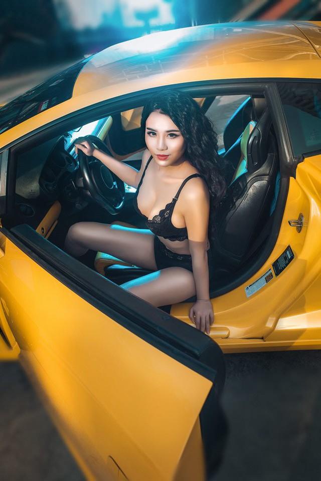 Trước Linh Miu, một hot girl khác là Trần Thị Ngọc Loan từng gây chú ý với bộ ảnh gợi cảm bên siêu xe Lamborghini Murcielago LP640 màu đen.