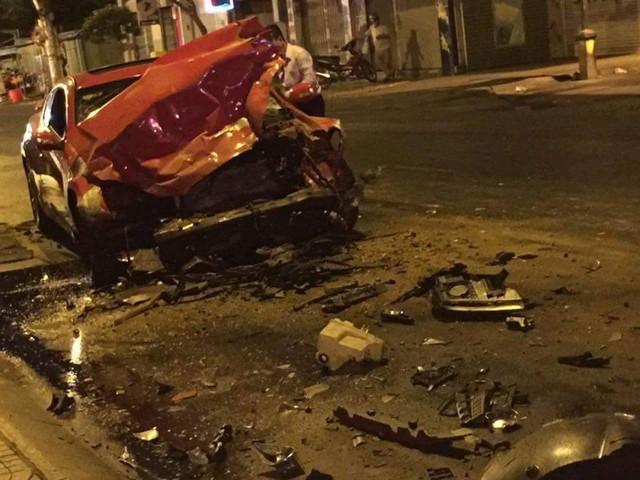 Hyundai Genesis Coupe gặp nạn kinh hoàng vào lúc 1 giờ sáng ngày 30/3/2016 trên đường Cách Mạng Tháng 8.