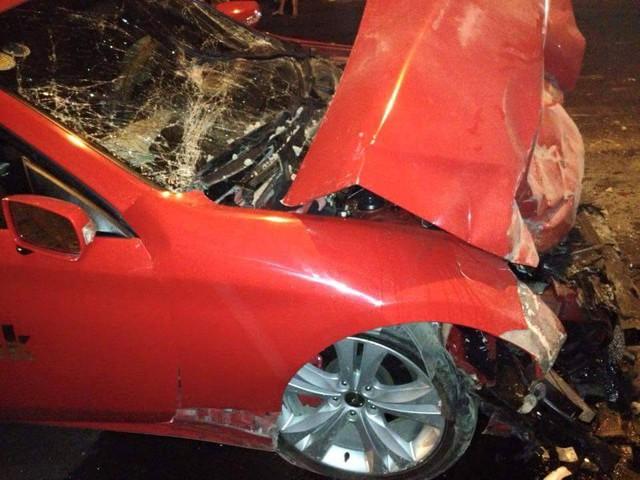 Phần đầu xe bị nát bét trong vụ tai nạn. Phía trên là kính lái cũng bị nát vụn.