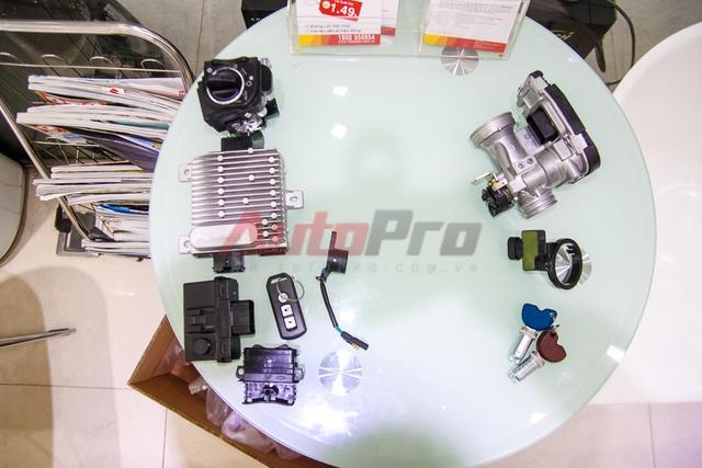 Bộ smartkey của Honda (bên trái) rõ ràng phức tạp hơn khá nhiều với 6 bộ phận chính, trong khi bộ khóa từ của Vespa (bên phải) do được hoạt động độc lập, không phải thay IC chính nên chỉ bao gồm 3 bộ phận.