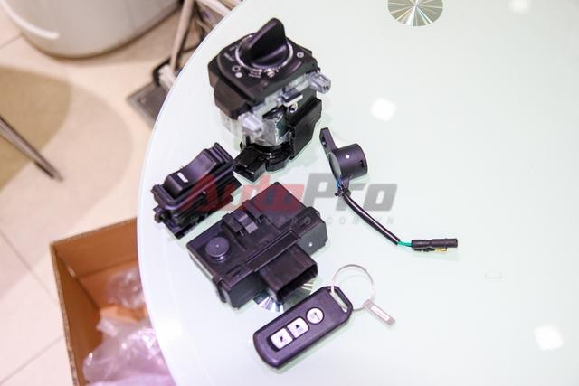 Bộ smartkey của Honda lại dùng công nghệ điện tử, tương tác bằng sóng vô tuyến. Chìa khóa (keyfob) tương tác với IC (bên trái keyfob) để kích hoạt ổ khóa cũng như mở khóa ECU. Việc không dùng chìa cũng đồng nghĩa với việc miễn nhiễm với các chiêu trò khỏi cạy mở, vặn vam