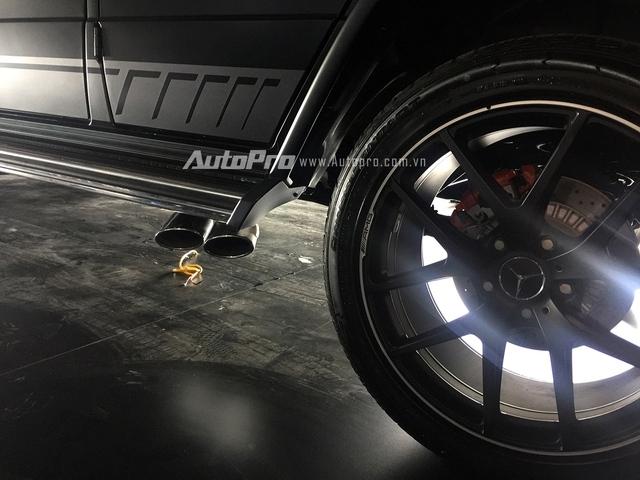 Bên thân xe là tem thể thao AMG và cặp ống xả kép mạ crôm.