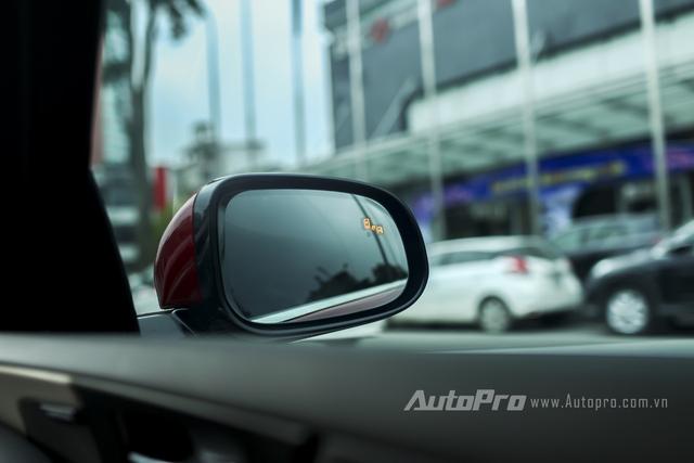 Cảm biến cảnh báo vượt tích hợp đèn báo trên gương chiếu hậu của Jaguar XE.