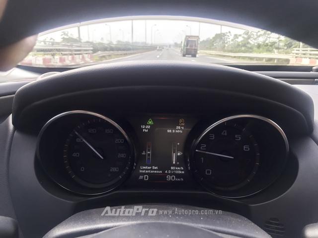 Ở tốc độ 90 km/h, Jaguar XE tiêu thụ nhiên liệu ở mức 4 lít/100 km.