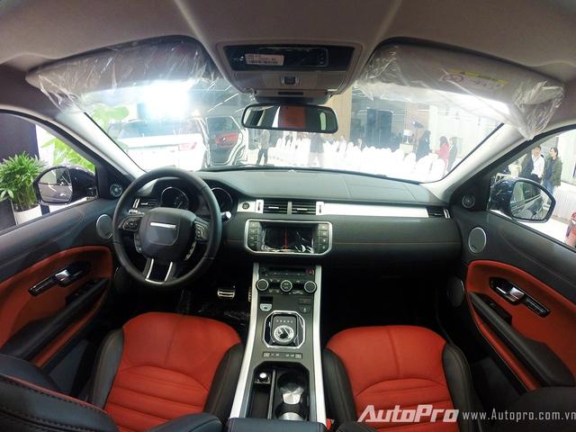 Bên trong Range Rover Evoque 2016 là không gian nội thất bọc da cao cấp.