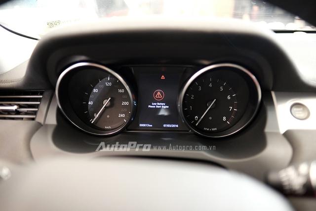 Bảng đồng hồ hiển thị phía sau vô lăng với 2 đồng hồ cơ và 1 màn hình điện tử hiện thị các thông tin cho người lái.