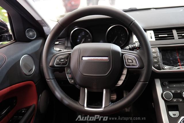 Vô-lăng 4 chấu đặc trưng của các dòng xe Range Rover, tích hợp hàng loạt phím điều khiển tiện ích.