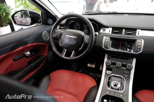 Range Rover Evoque 2016 còn có hệ thống đèn viền nội thất Ambient Light để khách hàng tuỳ chọn màu theo cảm xúc hoặc bối cảnh đi qua.
