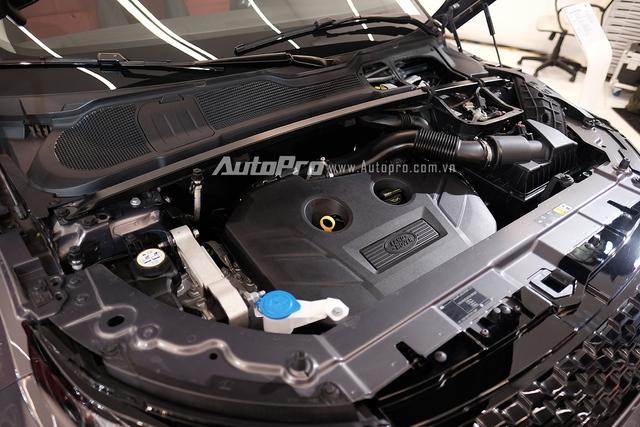 Mẫu Range Rover Evoque 2016 phân phối tại Việt Nam sở hữu động cơ Si4, dung tích 2.0 lít với công suất tối đa 240 mã lực. Nhờ đó, xe có khả năng tăng tốc từ 0-100 km/h trong 7,6 giây trước khi đạt tốc độ tối đa 217 km/h.