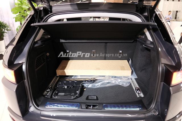 Range Rover Evoque 2016 được trang bị cảm biến mở cửa khoang hành lý. Người lái xe chỉ cần để chìa khoá trong túi và đá nhẹ chân dưới gầm thì xe sẽ tự động mở cửa khoang hành lý. Điều này khá thuận tiện khi hai tay của người lái đang bận rộn cầm đồ.