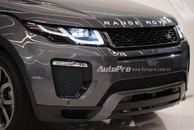 Mẫu xe SUV hạng sang cỡ nhỏ này được trang bị với hệ thống đèn LED toàn phần và hai hốc sương mù cỡ lớn ở ngay đầu xe.