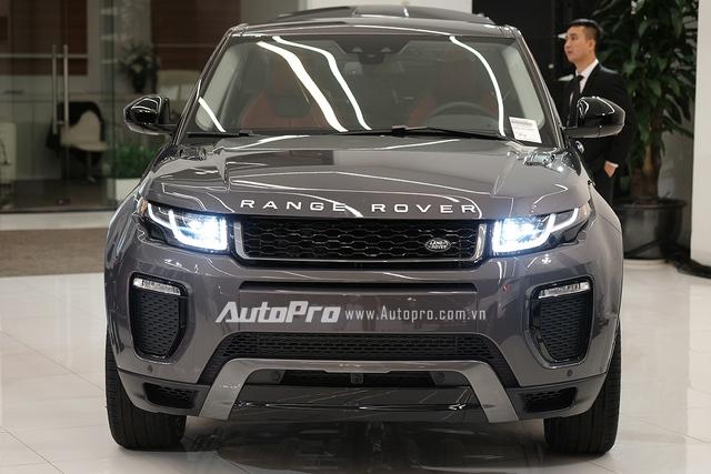 Range Rover Evoque 2016 có sự thay đổi khá nhiều ở phần đầu xe với mặt lưới tản nhiệt 2 tầng được thiết kế lại mạnh mẽ hơn.