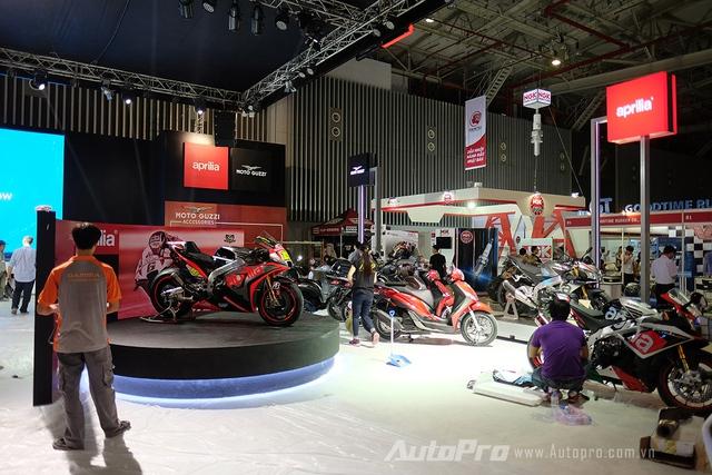Gian hàng của Piaggio Việt Nam được bày trí thêm một góc để trưng bày những mẫu xe Moto Guzzi và Aprilia với phong cách bụi bặm kết hợp thể thao.