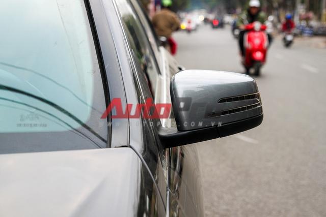 Xe màu đen nhưng gương màu xám. Anh Khánh cho hay để đảm bảo an toàn, anh vẫn dùng tạm gương khác màu xe và sẽ sơn lại sau.