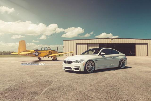 Một chiếc BMW M4 Alpine White kết hợp với mâm xe ADV005 Track Spec.