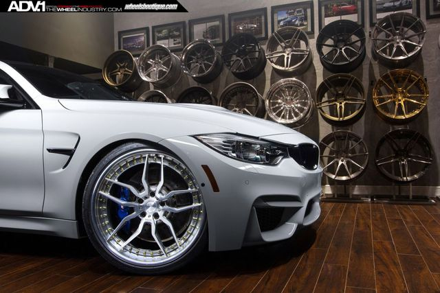Cận cảnh bộ mâm xe cá tính của mẫu xe BMW M4 Alpine White.