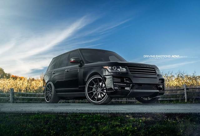 Chiếc xe Range Rover Sport với màu đen bóng không thể hầm hố hơn với bộ mâm xe ADV10DCCS đen mờ.