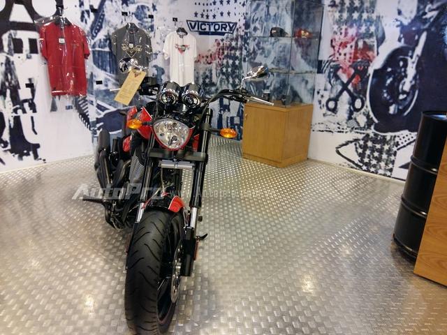 Như vậy tại thị trường Việt Nam hiện nay đã có khá nhiều các hãng xe phân khối lớn mở đại lý như Harley-Davidson, Ducati, Kawasaki, KTM, Benelli và đến nay là 2 thương hiệu đến từ Mỹ là Indian và Victory. Trong buổi lễ khai trương có tất cả 10 mẫu xe phân khối lớn của Indian và Victory được giới thiệu đến các biker Việt, ngoài ra, còn có những phụ tùng và phụ kiện được trưng bày mang đậm chất phong cách Mỹ.