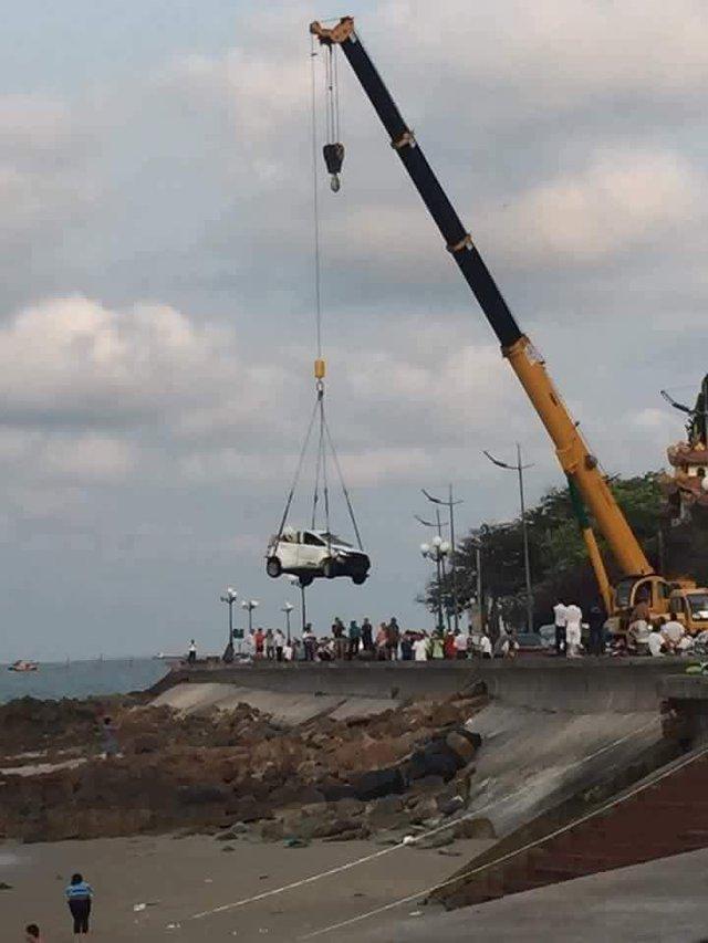 Đến khoảng 7h sáng, chiếc taxi được cẩu ra khỏi hiện trường vụ tai nạn, trước sự theo dõi của nhiều người dân gần đó.