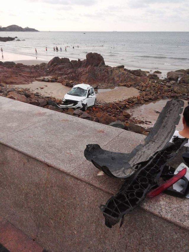 Một số đồ nhựa dàn áo chiếc taxi nằm rơi rải trên lề đường được nhiều người dân nhặt và để trên bờ kè.