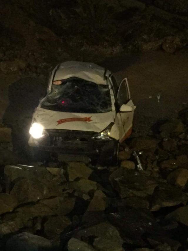 Vào 5h sáng nay, ngày 24/03/2016, nhiều người dân sinh sống gần khu vực Bãi Dứa khá bất ngờ khi phát hiện chiếc taxi nằm phía dưới bãi đá gần đó. Được biết vụ tai nạn diễn ra vào lúc 3h30 sáng, theo đó, tài xế hãng taxi Sun đang chở khách từ Bãi Trước ra Bãi Sau, đến khu vực gần bãi Dứa thì gặp nạn.