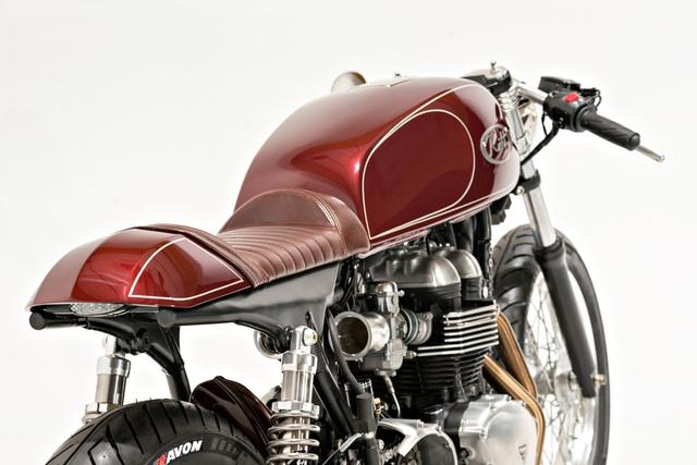 Điều mà Dustin Kott quan tâm đầu tiên chính là thay thế bình xăng nguyên bản của chiếc Triumph Thruxton bằng loại mang kiểu dáng cổ điển lấy từ Yamaha XS1100 nhưng được gò lại để tạo cảm giác liền mạch hơn với phần yên café racer.
