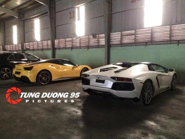 Ngoài ra, chiếc Lamborghini Aventador thứ 7 cũng đã xuất hiện tại Việt Nam. Siêu bò này mang ngoại thất màu trắng ngọc trai và thuộc bản mui trần. Đi cùng siêu xe này về nước là chiếc Ferrari 488 GTB màu vàng rực. Ảnh: Tùng Dương