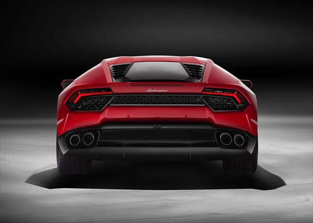 So với Huracan LP610-4, Lamborghini Huracan LP580-2 có những khác biệt lớn như hệ dẫn động cầu sau RWD thay cho dẫn động 4 bánh. Ngoài ra, công suất động cơ của Lamborghini Huracan LP580-2 cũng giảm 30 mã lực.
