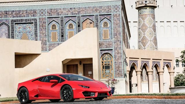 Hiện chưa có giá bán chính thức cho chiếc Lamborghini Huracan LP580-2 chính hãng đầu tiên tại Việt Nam. Trong khi đó, tại thị trường nước ngoài, siêu bò dẫn động cầu sau này có giá 180.000 USD. Con số tương ứng của Lamborghini Huracan LP610-4 là 203.000 USD.