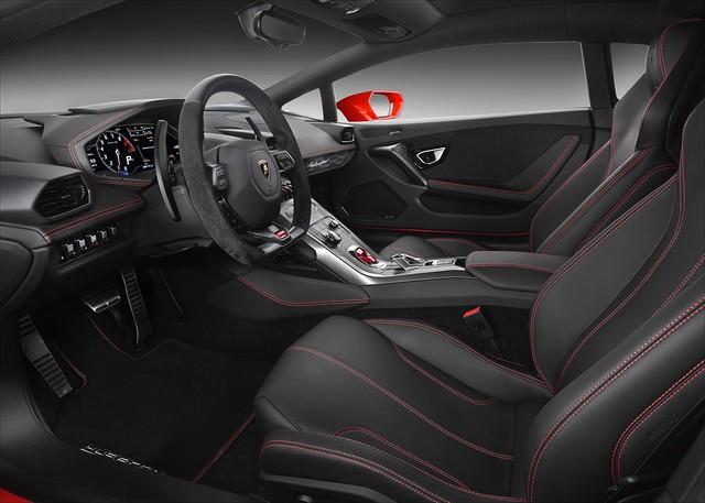 Lamborghini Huracan LP580-4 cũng được trang bị 3 chế độ lái như Huracan LP610-4, bao gồm Strada, Sport và Corsa thông qua nút bấm trên vô-lăng.