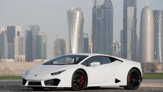 Lamborghini Huracan LP580-2 sử dụng động cơ V10, dung tích 5,2 lít, sản sinh công suất tối đa 580 mã lực và mô-men xoắn cục đại 540 Nm. Động cơ kết hợp với hộp số ly hợp kép 7 cấp, cho phép xe tăng tốc từ 0-100 km/h trong 3,4 giây và đạt vận tốc tối đa 320 km/h. So với Huracan LP610-4, Lamborghini Huracan LP580-2 tăng tốc chậm hơn 0,2 giây và có tốc độ tối đa kém 5 km/h.