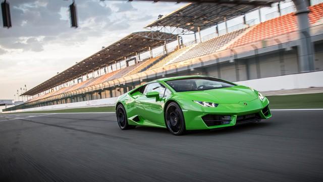 Bên cạnh đó, Lamborghini Huracan LP580-2 còn có những thay đổi nhỏ ở ngoại thất như cản trước với hốc gió được chia thành 3 phần riêng biệt cùng thiết kế sắc cạnh. Đuôi xe với cản sau được thiết kế lại, mang đến diện mạo hung hãn hơn trước.