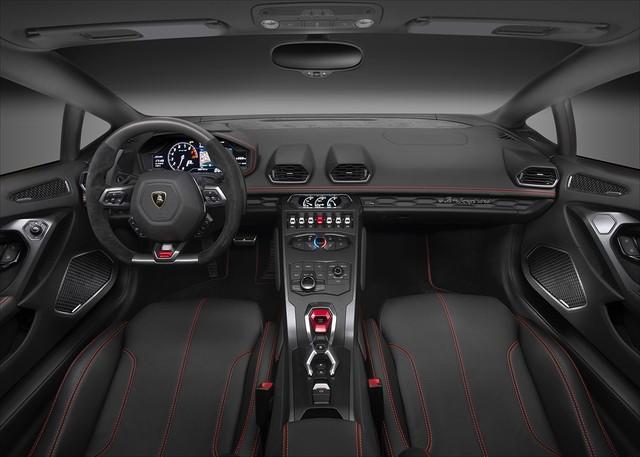 Trong khoang lái thay đổi lớn nhất là màn hình màu TFT 12,3 inch. Hãng siêu xe đến từ Ý cũng đưa ra chương trình cá nhân hóa Ad Personam giúp chủ nhân có thể chọn các màu sắc nổi bật cho ngoại và nội thất của Huracan LP580-2.