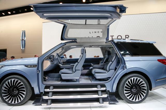 Mục đích Lincoln sử dụng hệ thống cửa cánh chim cho xe concept chính là để nhấn mạnh không gian nội thất cực rộng rãi của mẫu SUV hạng sang cỡ lớn Navigator thế hệ mới.