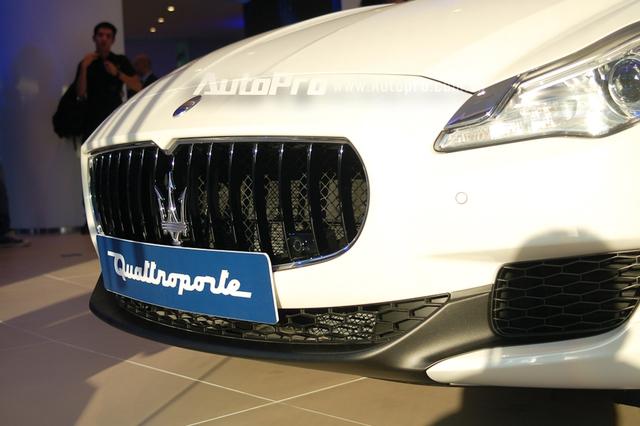 Thiết kế trên Maserati Quattroporte vẫn mang nét cá tính của GranTurismo với lưới tản nhiệt hàm cá mập, ở giữa là logo cây đinh ba. Hốc gió trước được chia thành 3 phần riêng biệt. Bên cạnh đó là đèn pha Xenon cùng đèn LED chiếu sáng ban ngày đẹp mắt. Đằng sau xuất hiện đuôi xe được thiết kế cân đối.