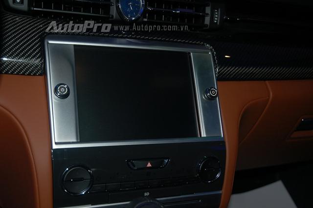 Trên bảng táp lô có đồng hồ chỉ giờ, phía dưới là màn hình cảm ứng 8,4 inch vừa đảm nhận cung cấp tính năng giải trí cho hành khách vừa đóng vai trò điều phối các chức năng tiện ích trên xe.