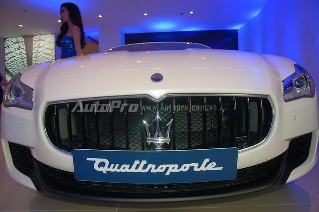 Chiếc Maserati Quattroporte S Q4 được phân phối chính hãng tại Việt Nam sở hữu ngoại thất trắng muốt cùng một số chi tiết được sơn đen đối lập tạo nên điểm nhấn cho chiếc sedan sang trọng.