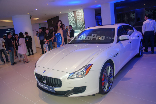 Trong sự kiện ra mắt showroom Maserati 3S đầu tiên tại Việt Nam, mẫu sedan sang trọng Quattroporte S Q4 chính hãng đã lần đầu tiên được giới thiệu. So với chiếc đầu tiên thuộc bản S, chiếc Maserati Quattroporte S Q4 sang trọng hơn với hệ dẫn động 4 bánh toàn thời gian.