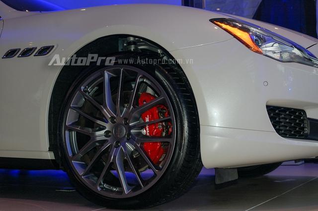 Thay cho la-zăng 7 chấu trên bản S xuất hiện trước đó, Maserati Quattroporte S Q4 được trang bị vành đa chấu với thiết kế cây đinh ba ghép nối vào nhau khá ấn tượng. Ngoài ra, cùm phanh sơn đỏ cũng là điểm nhấn trong thiết kết của mẫu sedan hạng sang đến từ Ý.