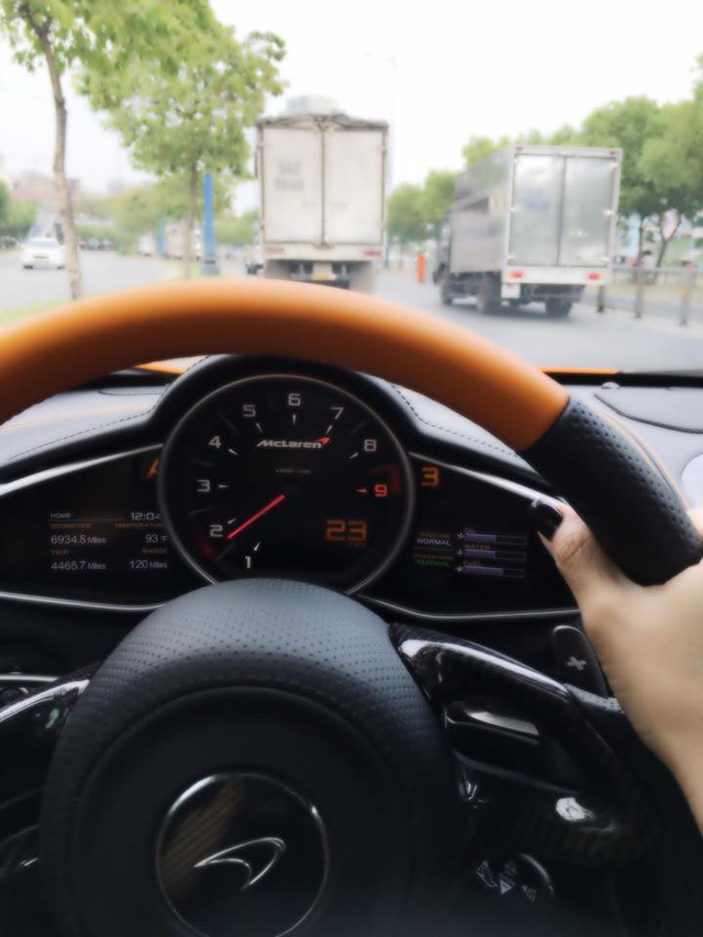 Người cầm lái chiếc McLaren 650S Spider là một nữ đại gia có tiếng trong giới chơi xe tại Việt Nam.
