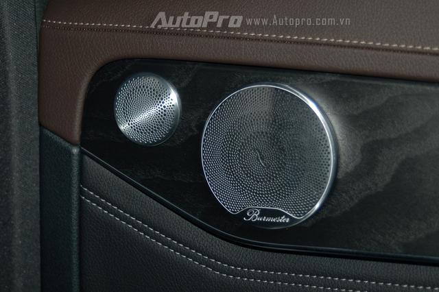Với phiên bản cao cấp và mạnh mẽ GLC 300 AMG, được trang bị đèn viền nội thất 3 màu cùng hệ thống âm thanh vòm Burmester 13 loa, công suất 590 watt.