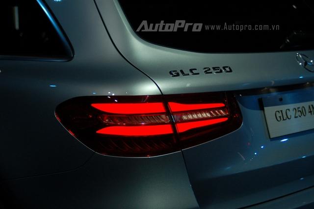Mercedes-Benz GLC 250 4Matic sử dụng động cơ 4 xi-lanh, tăng áp, dung tích 2.0 lít, sản sinh công suất tối đa 211 mã lực tại 5.500 vòng/phút và mô-men xoắn cực đại 350 Nm tại 1.200 – 4.000 vòng/phút. Kết hợp cùng hộp số tự động 9G-Tronic 9 cấp, GLC 250 4Matic 2016 có thể tăng tốc từ 0-100 km/h trong thời gian 7,3 giây và đạt vận tốc tối đa 222 km/h.