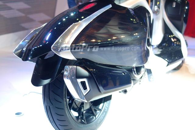 Theo đoạn video đến từ Yamaha, 2 bên hông đuôi xe của 04Gen có thể được dựng đứng như đôi cánh của những chú chim thiên nga.