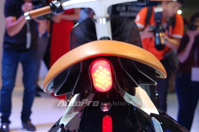 Cụm đèn hậu bằng công nghệ LED có thiết kế khá ma mị. 04 Gen cũng là át chủ bài trong gian hàng Yamaha tại triển lãm xe máy Việt Nam 2016.