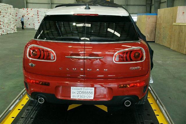 Xe mang ngoại thất đỏ tươi kết hợp cùng nóc xe trong màu trắng và 2 sọc dài màu đen trên nắp capô ấn tượng
