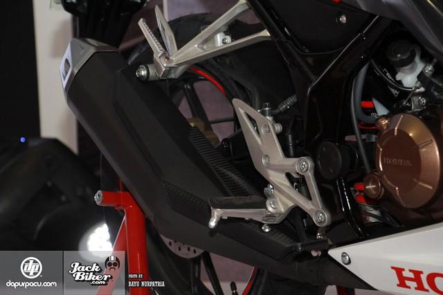Động cơ ngả về phía trước 40 độ và có thông số vận hành ấn tượng hơn trước. Theo hãng Honda, động cơ trên CBR150R 2016 tạo ra công suất tối đa 18,28 mã lực và mô-men xoắn cực đại 12,66 Nm. Hai con số tương ứng của Honda CBR150R cũ là 17,1 mã lực và 13 Nm.