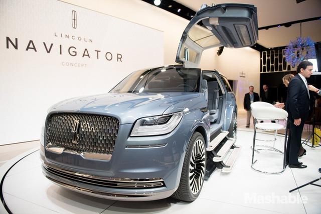 Bất ngờ mà hãng Lincoln mang đến triển lãm New York năm nay chính là mẫu xe concept mang tên Navigator. Cái tên Navigator vốn không còn xa lạ với nhiều người vì đây là mẫu SUV hạng sang của Lincoln. Thế nhưng, với mẫu xe concept này, hãng Lincoln đã đưa Navigator lên một tầm cao mới.
