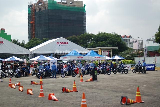 Các bạn trẻ đến với ngày hội còn có cơ hội cầm lái những mẫu xe phân khối lớn như Yamaha YZF-R3, MT-03, thông qua chương trình hướng dẫn điều khiển xe côn tay thể thao YRA (Yamaha Riding Academy).