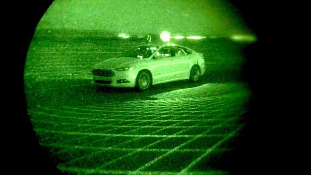 Trong bóng đêm, Ford Fusion Hybrid phát ra 2,8 triệu tia laser mỗi giây để định vị đường đi.