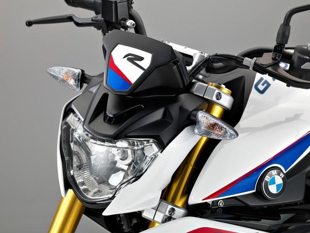 Dù là sản phẩm hoàn toàn mới nhưng G310R vẫn mang thiết kế đậm chất BMW. Thậm chí, nhiều người còn dễ dàng nhận ra BMW G310R giống với đàn anh S1000R. Đèn pha mượt mà, bộ quây bên sườn hầm hố và phần đuôi khí động học mang đến cho BMW G310R thiết kế thể thao, khỏe khoắn.